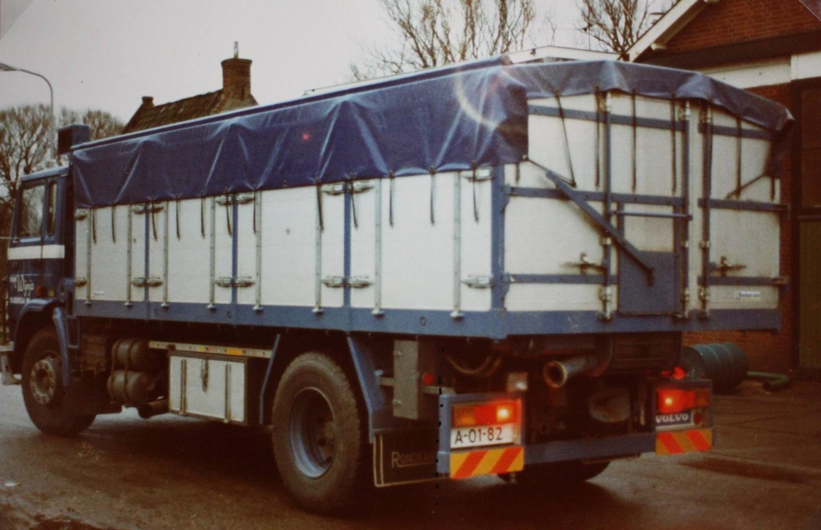 Volvo-bulkwagen-opgebouwd-door-Rondaan-voor-Wijnja-uit-Oudega-1