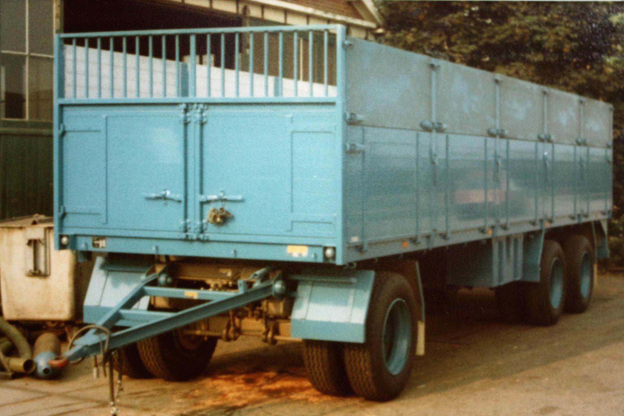 combinatie-truck-met-aanhangwagen-voor-bietenvervoer-en-deze-oplegger-is-gebouwd-door-Rondaan-voor-Transportbedrijf-Althusius-in-Tzummarum-1