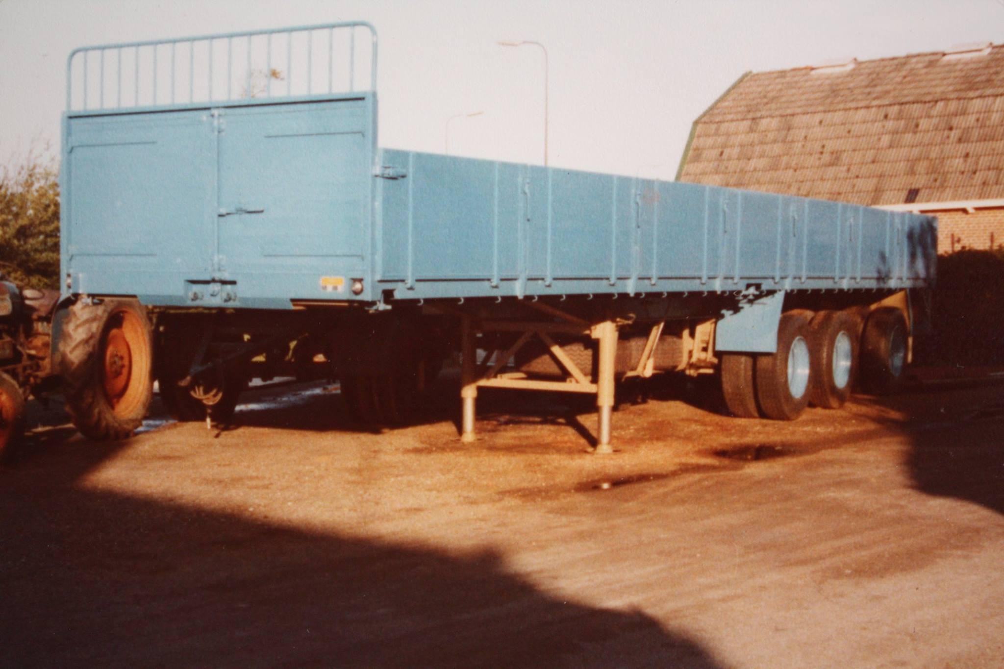 combinatie-truck-met-aanhangwagen-voor-bietenvervoer-en-deze-oplegger-is-gebouwd-door-Rondaan-voor-Transportbedrijf-Althusius-in-Tzummarum-2