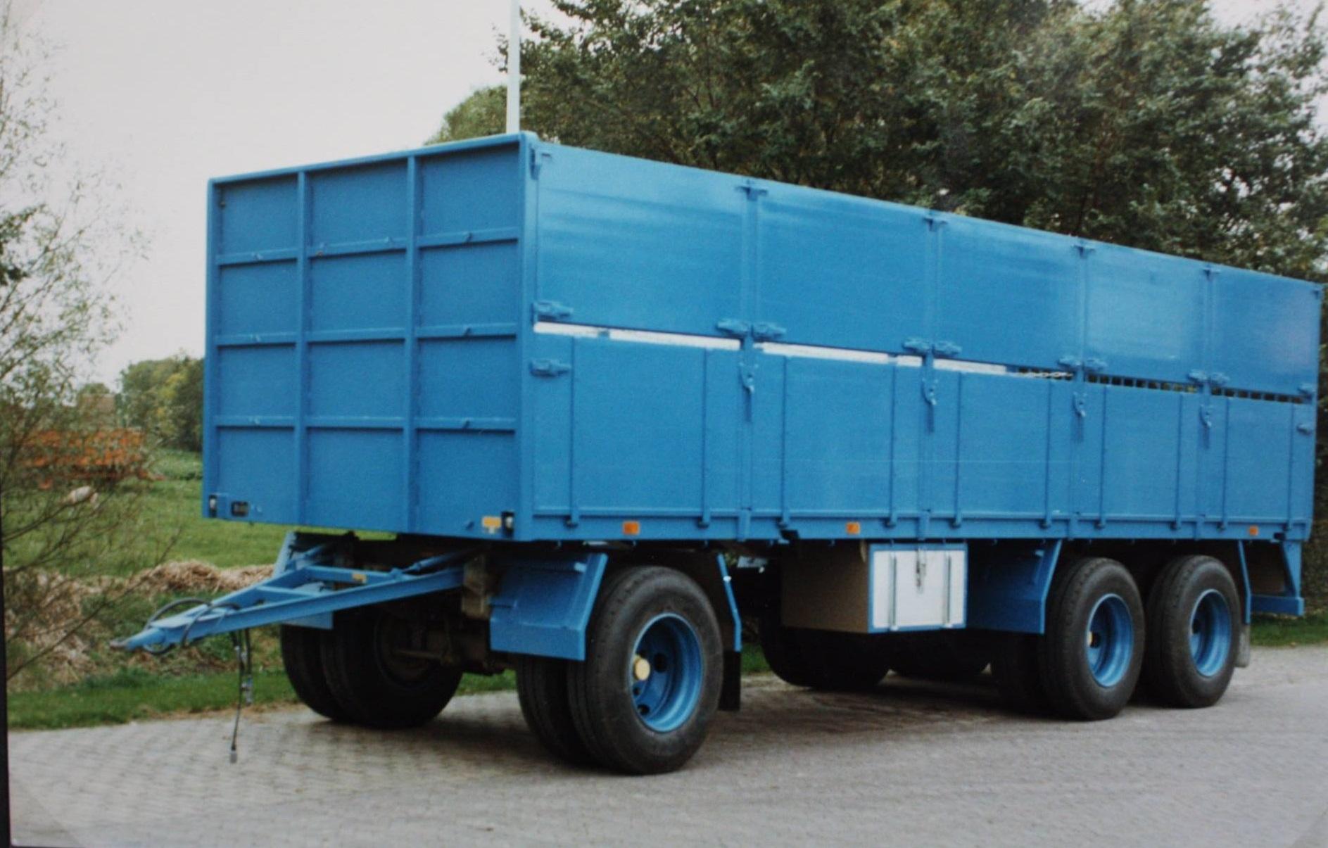 combinatie-truck-met-aanhangwagen-voor-bietenvervoer-en-deze-oplegger-is-gebouwd-door-Rondaan-voor-Transportbedrijf-Althusius-in-Tzummarum-3
