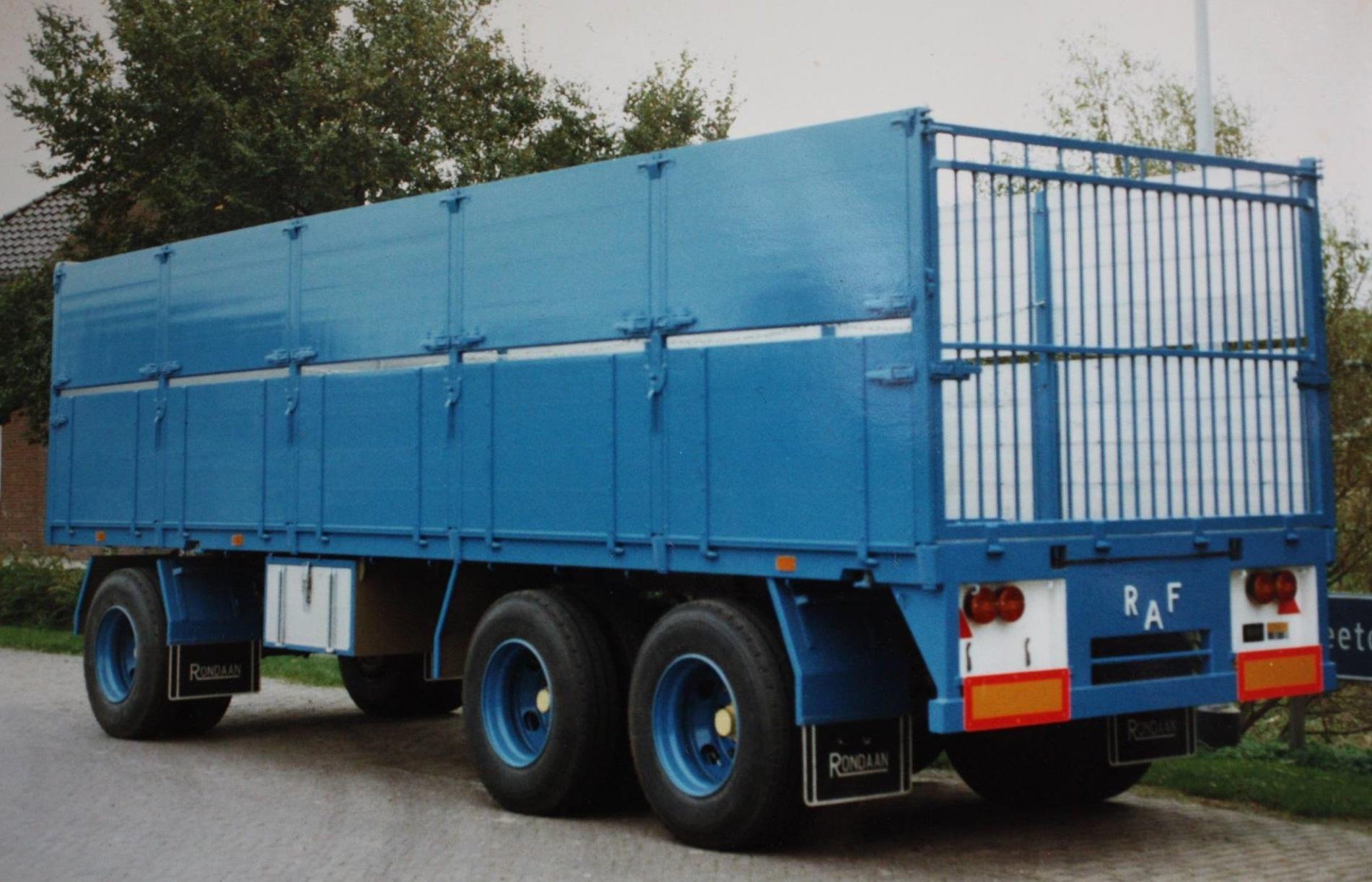 combinatie-truck-met-aanhangwagen-voor-bietenvervoer-en-deze-oplegger-is-gebouwd-door-Rondaan-voor-Transportbedrijf-Althusius-in-Tzummarum-4