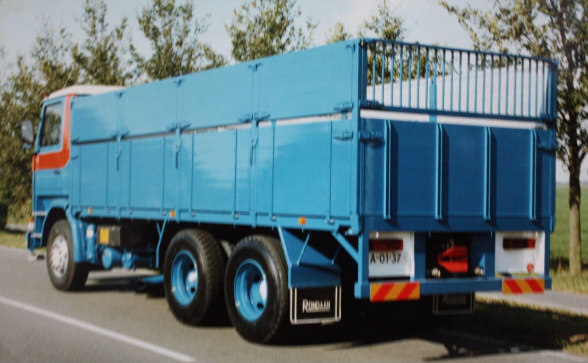 combinatie-truck-met-aanhangwagen-voor-bietenvervoer-en-deze-oplegger-is-gebouwd-door-Rondaan-voor-Transportbedrijf-Althusius-in-Tzummarum-5