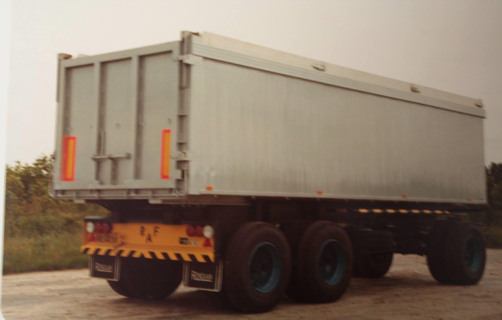 tandemas-aanhangwagen-is-gebouwd-door-Rondaan-voor-mesthandel-Tjeerd-Veenstra-in-Heeg