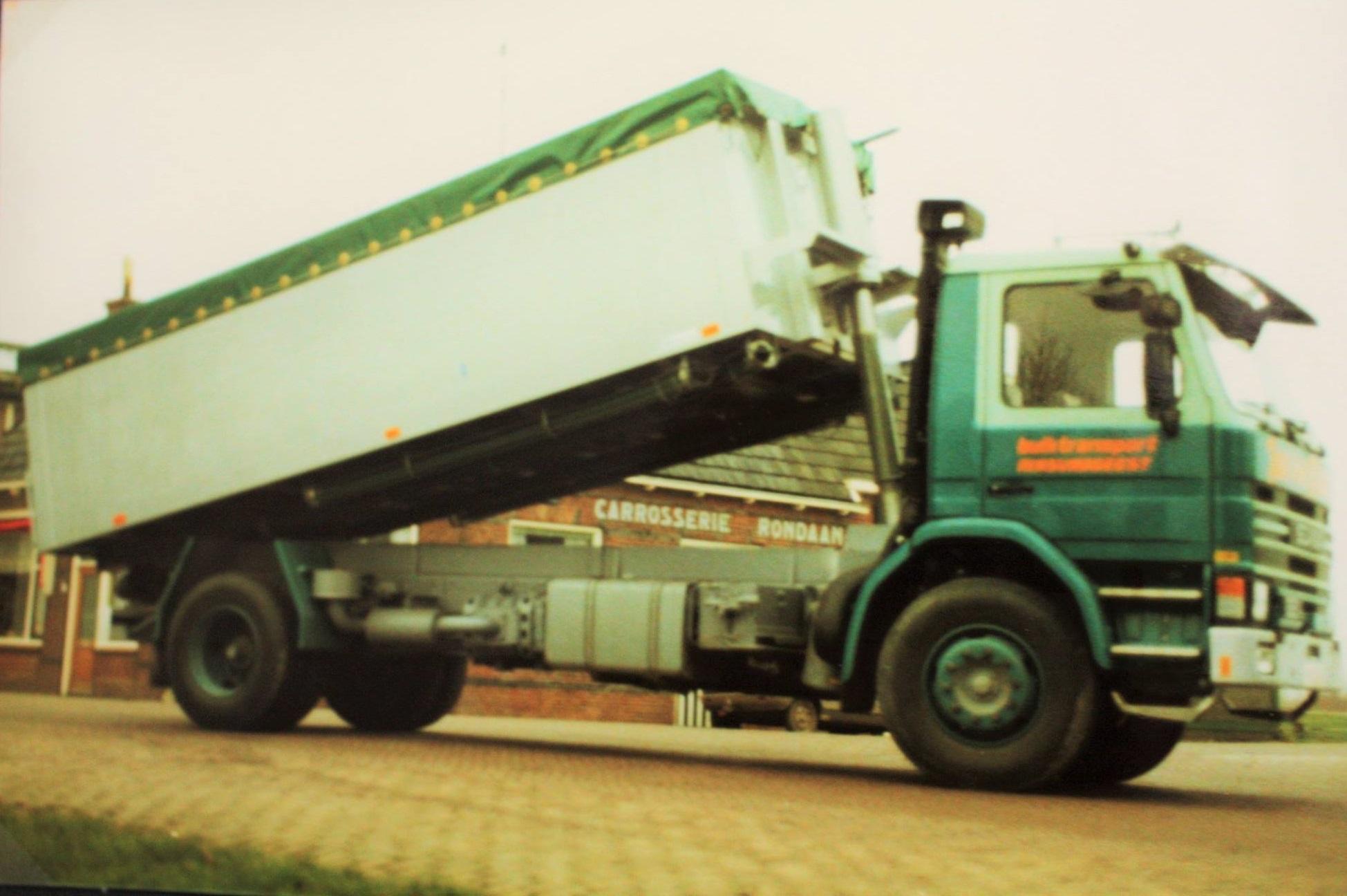 Scania--bulkauto-door-Rondaan-gebouwd-voor-Jan-van-Klaas-bulktransport-uit-Rinsumageest-1