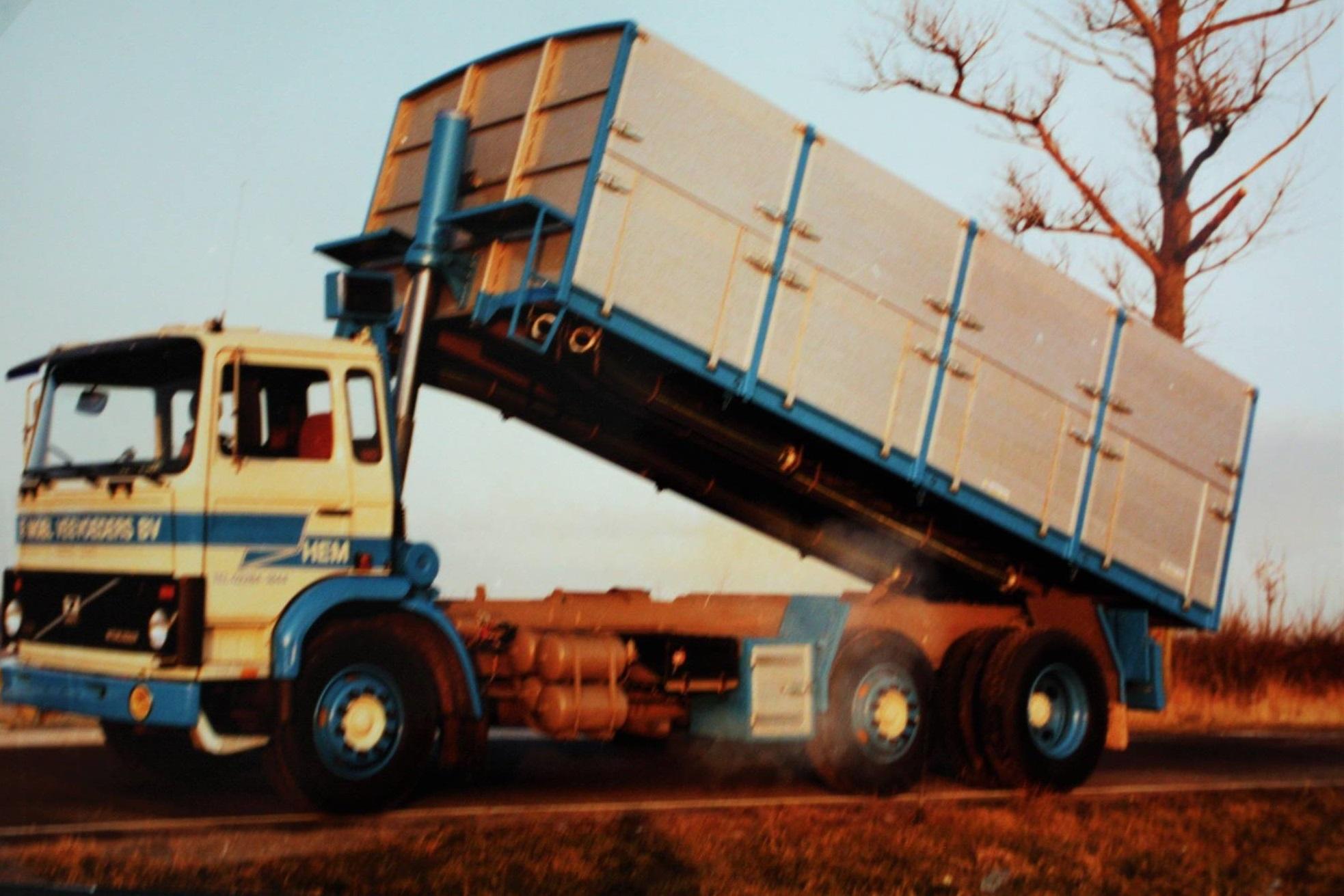 Volvo-6X2-bulkwagen-door-Rondaan-gebouwd-voor-De-Moel-veevoeders-BV-uit-Hem-1