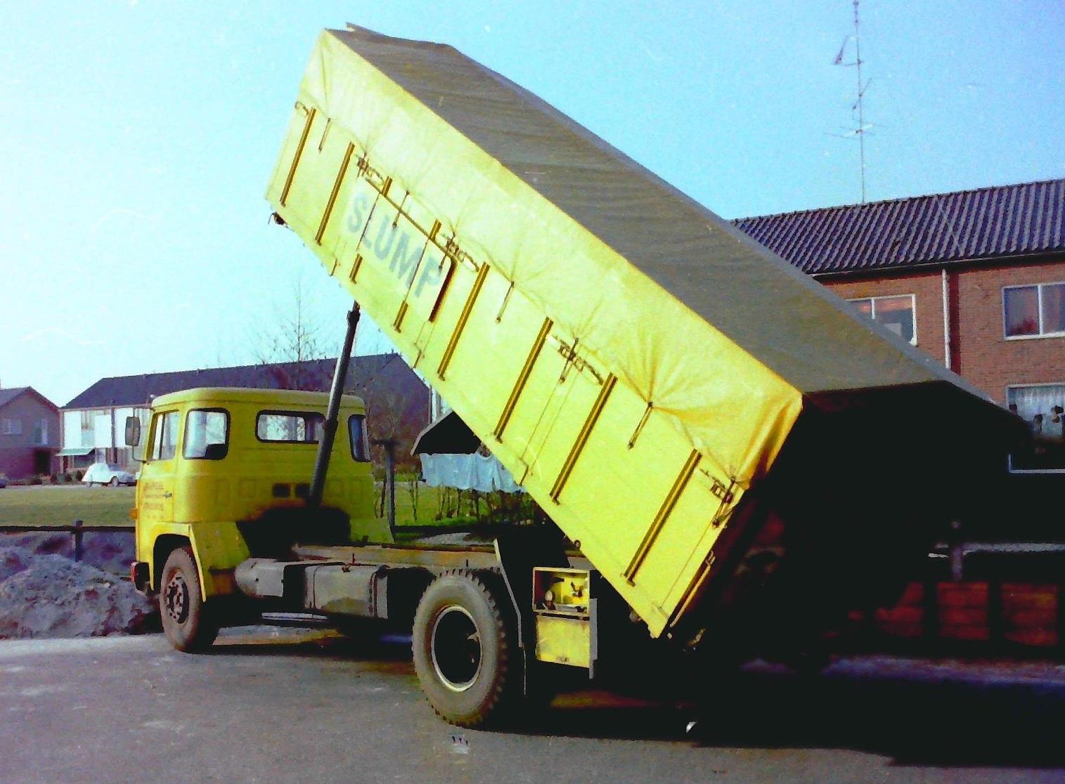 Scania--bulkauto-van-Gebr-de-Poel-uit-Stroobos-die-reed-voor-Slump-veevoederfabriek-te-Stroobos-hij-is-gebouwd-door-Rondaan-toen-nog-te-Beetgum-2