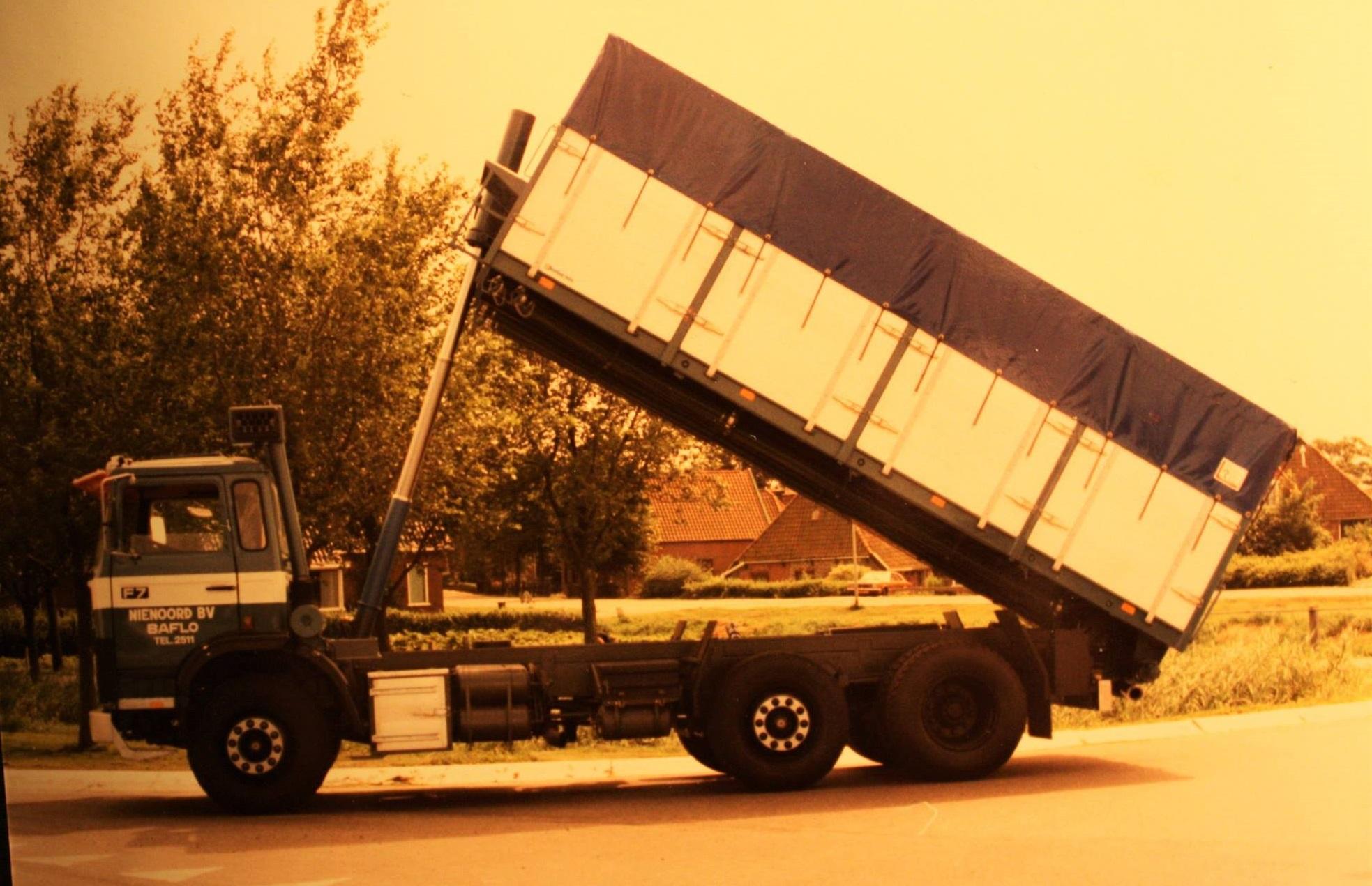 Volvo-F7--bulkauto-is-gebouwd-door-Rondaan-voor-Nienoord-BV-uit-Baflo-2