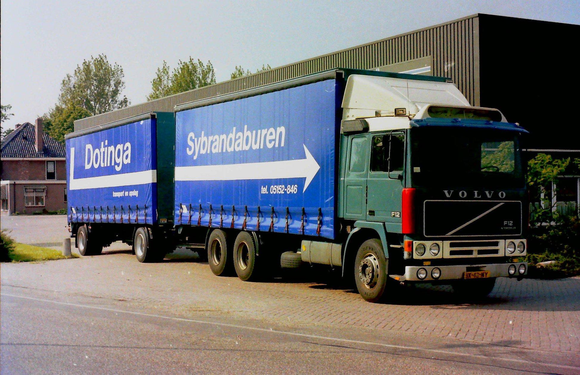 Volvo-door-Rondaan-opgebouwd-met-RAF-aanhangwagen-voor-Melle-Dotinga-uit-Sybrandeburen-1