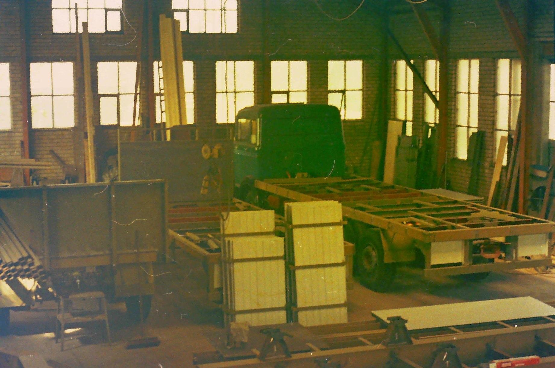 oude-foto-s-van-de-altijd-volle-loodsen-van-Rondaan-Carrosserie-en-Wagenbouw-in-Beetgum-1