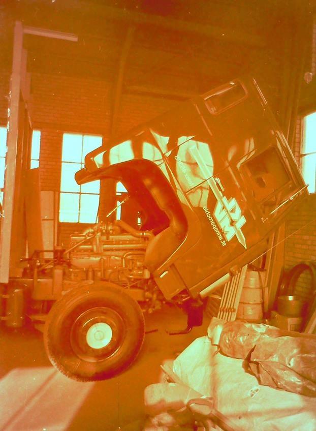 oude-foto-s-van-de-altijd-volle-loodsen-van-Rondaan-Carrosserie-en-Wagenbouw-in-Beetgum-2