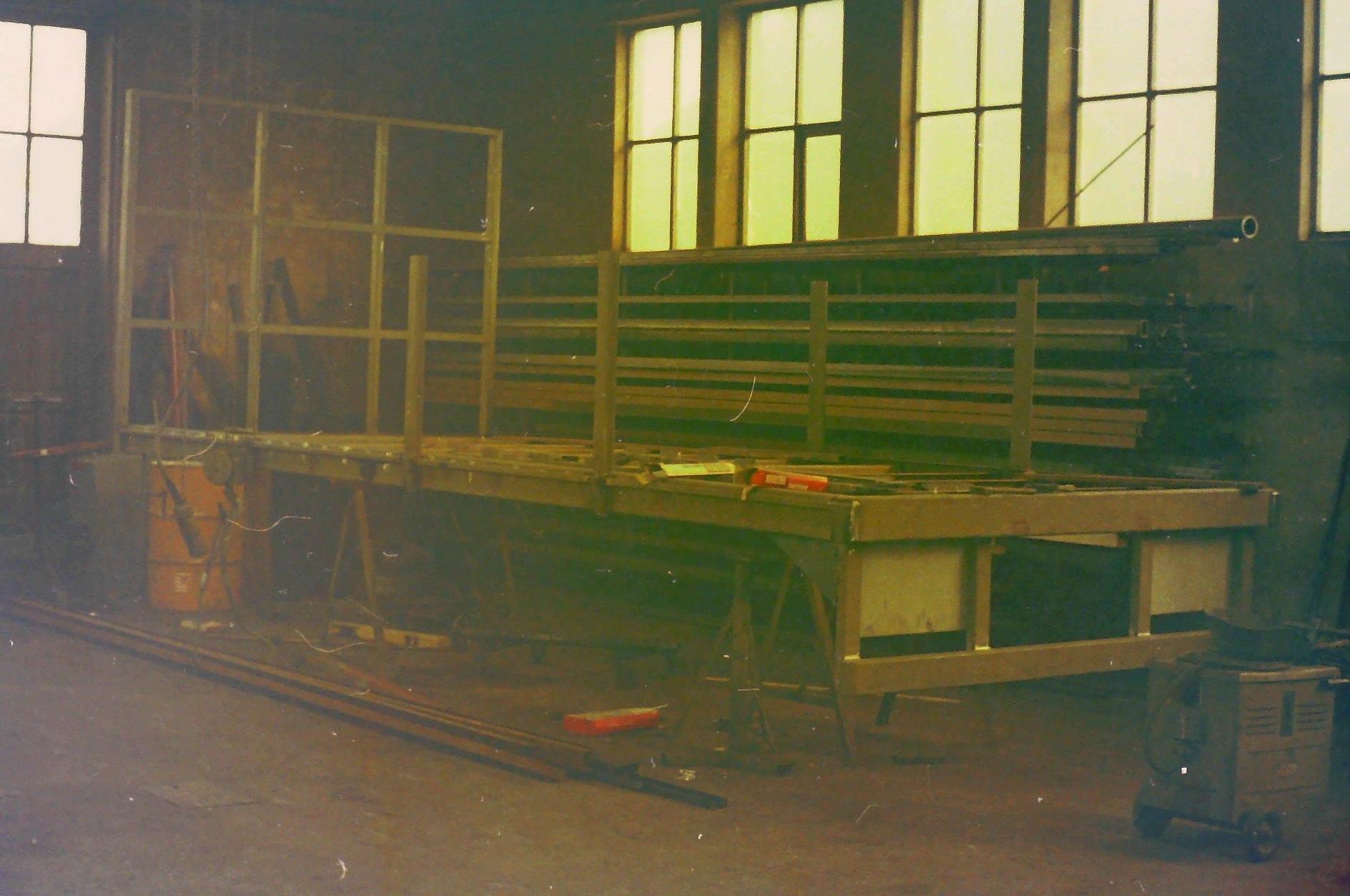 oude-foto-s-van-de-altijd-volle-loodsen-van-Rondaan-Carrosserie-en-Wagenbouw-in-Beetgum-5