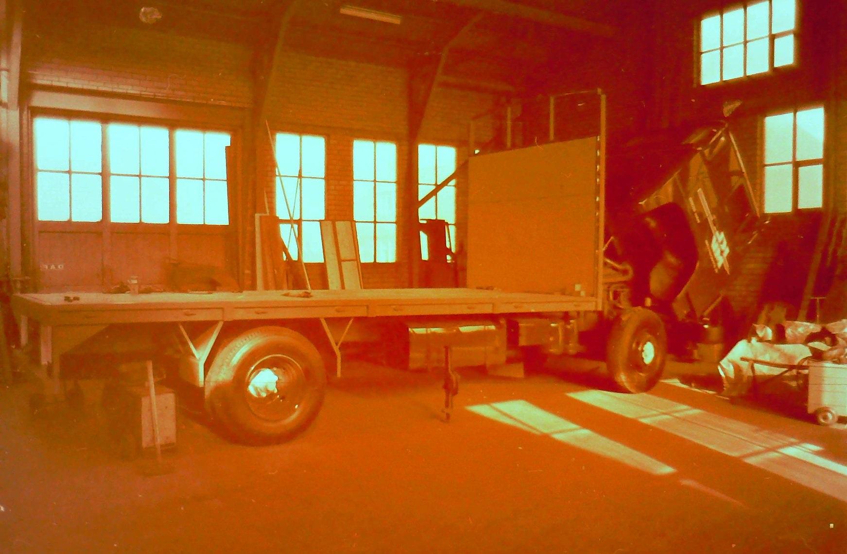 oude-foto-s-van-de-altijd-volle-loodsen-van-Rondaan-Carrosserie-en-Wagenbouw-in-Beetgum-6