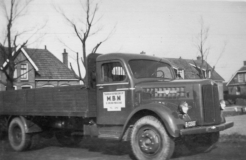 Scania-Vabis-van-1952-met-Rondaan-cabine-en-laadbak-van-Transportbedrijf-MBN-uit-St-Jacobi-Parochie