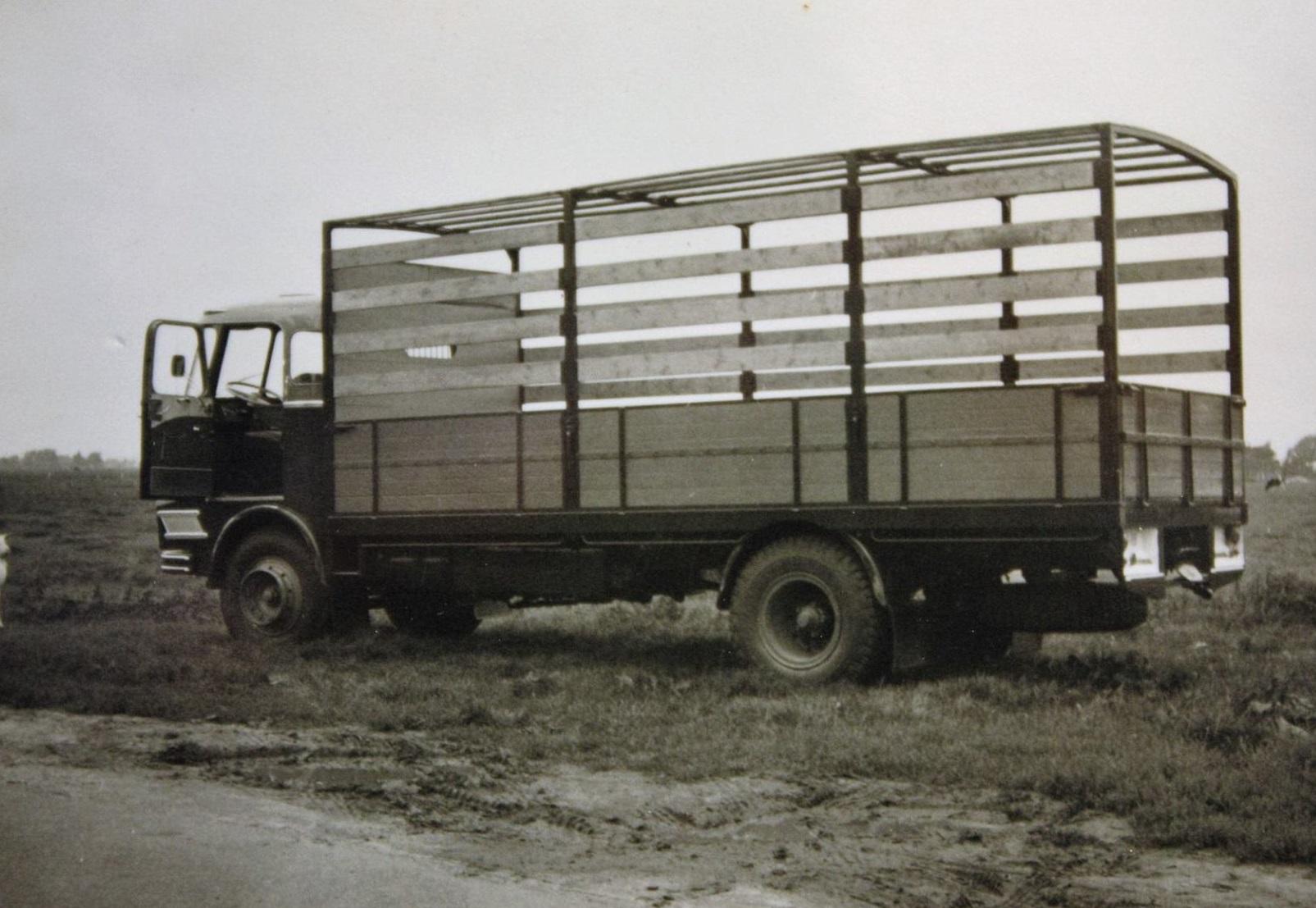 Scania-Vabis-vrachtauto-s-die-ook-door-Rondaan-in-Beetgum-zijn-opgebouwd-voor-Internationaal-Transportbedrijf-Althuisius-uit-Tzummarum-en-Franeke-1