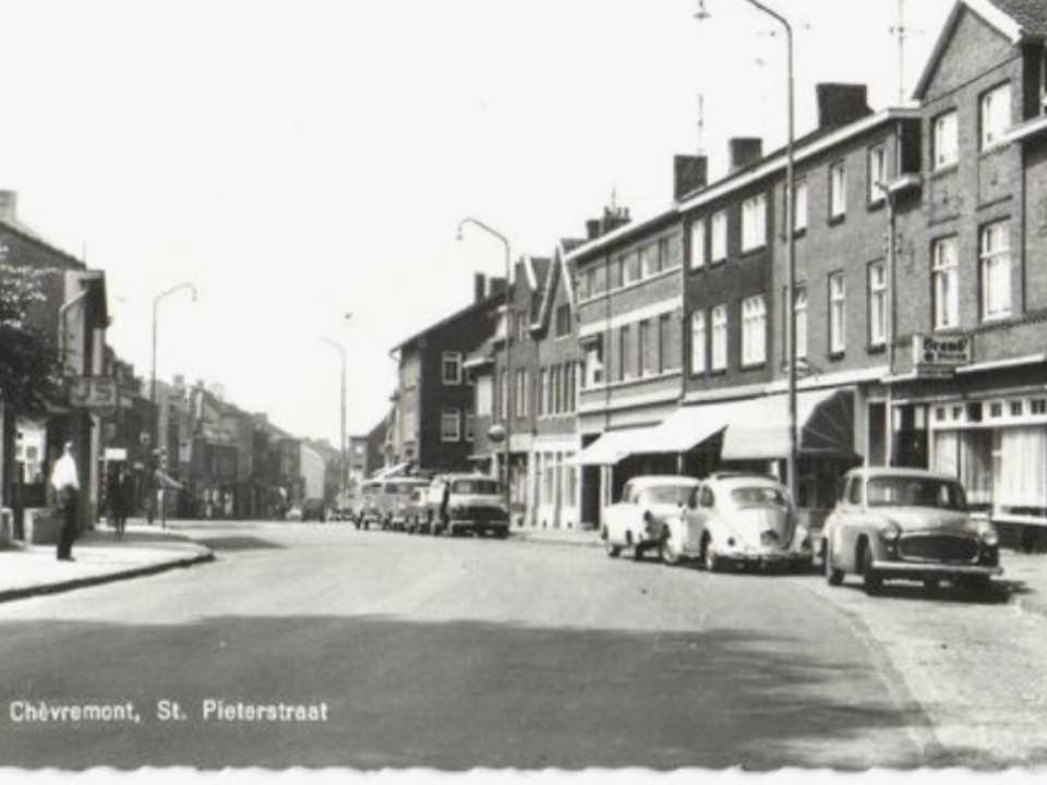 Meurs-in-Chevremont--rechts-op-de-parkeerstrook-stonden-de-vrachtwagens--Leo-peters-archief