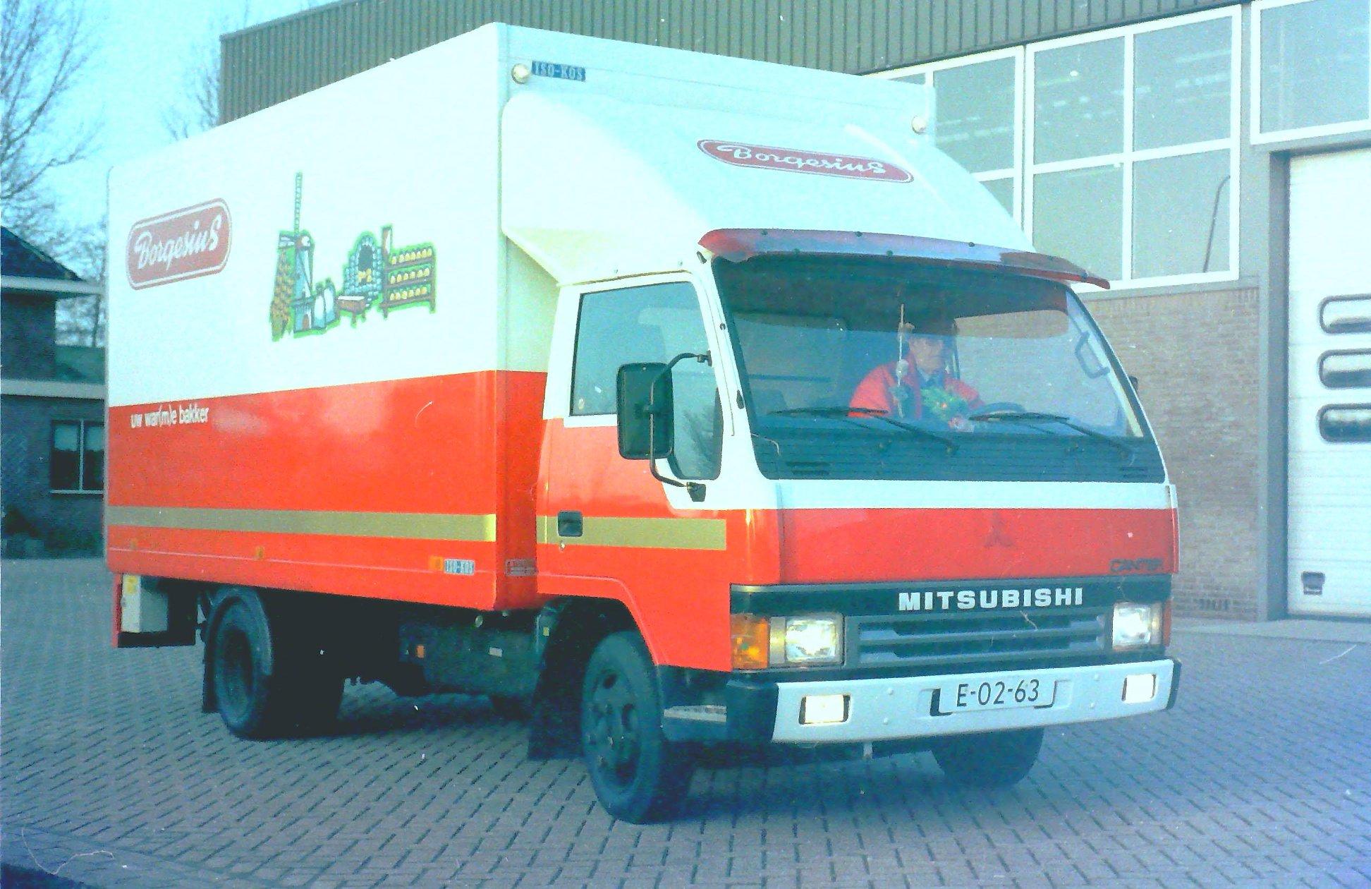 Volvo-combinatie-met-RAF-middenas-aanhangwagen-en-deze-Mitsubishi-zijn-ook-gebouwd-door-Rondaan-in-Berlikum-3