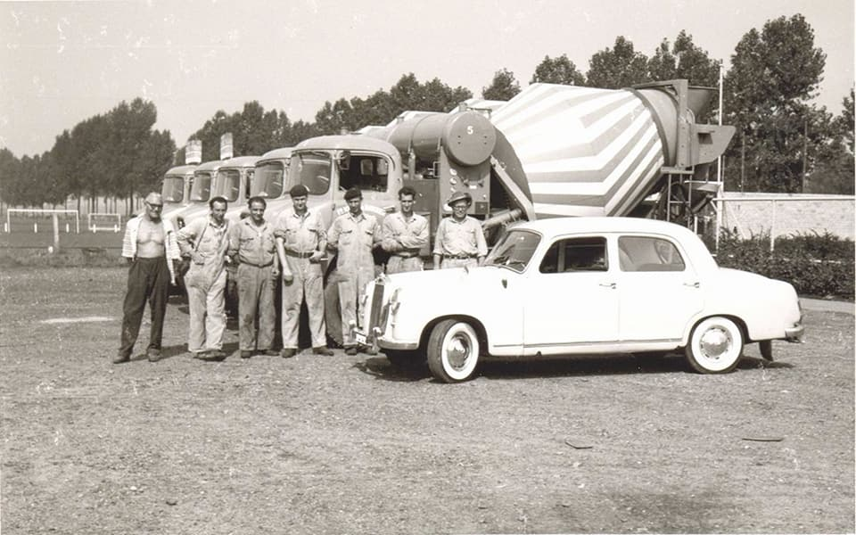 De-eerste-auto-s-van-kalle-en-bakker-in-Roermond-derde-van-links-mijn-pa-Delissen-1