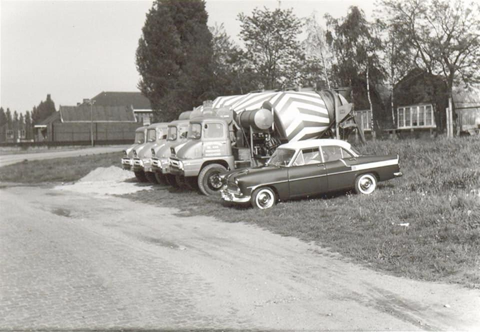 De-eerste-auto-s-van-kalle-en-bakker-in-Roermond-derde-van-links-mijn-pa-Delissen-2