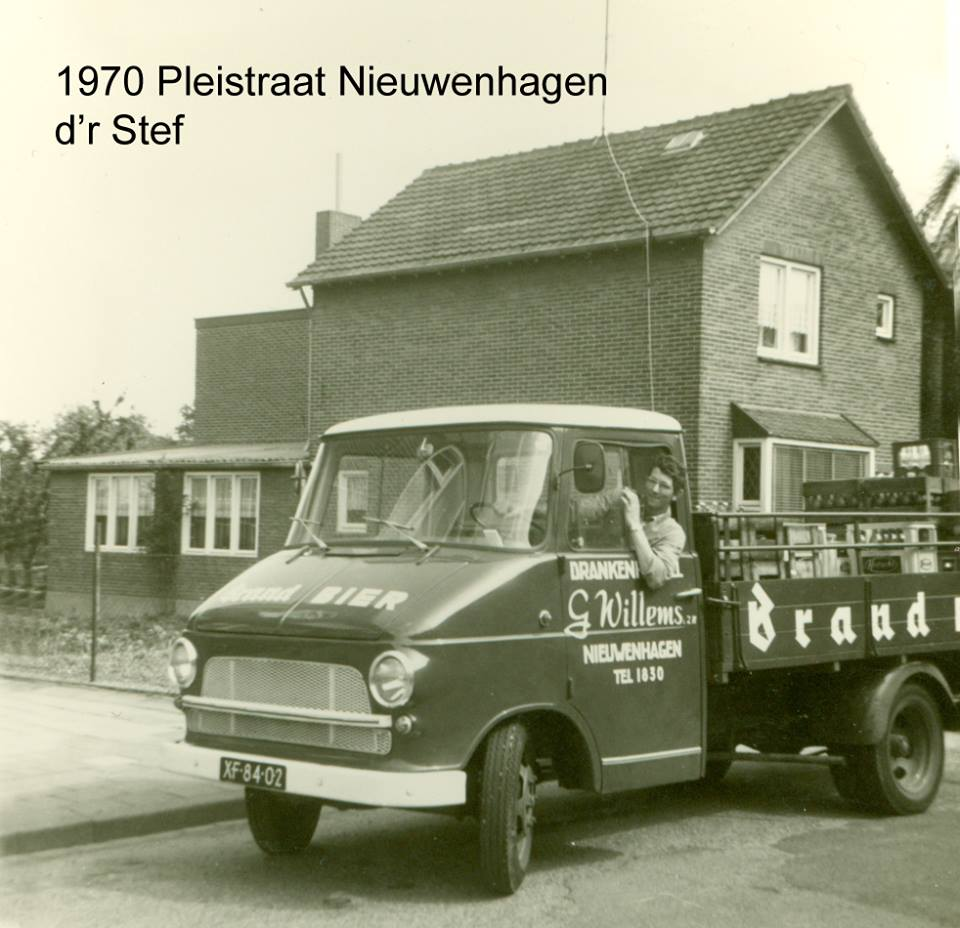 Wagenpark-Drankenhandel-J.-Willems--zn-Nieuwenhagen-Omstreeks-1970-chauffeur-op-de-foto-is-Stef-Moonen