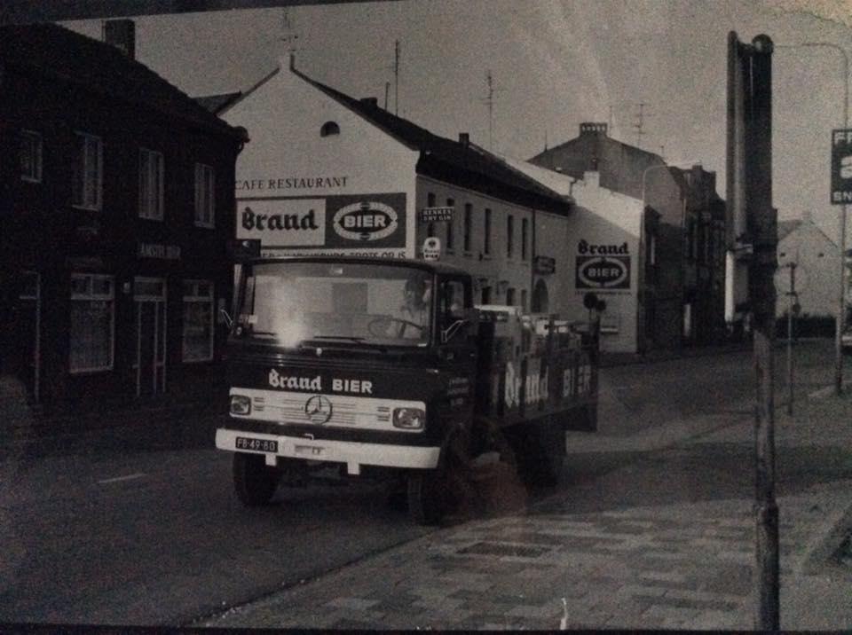 Wagenpark-Drankenhandel-J.-Willems--zn-Nieuwenhagen-eind-jaren-70.-Chauffeur-is-Dhr-J.Willems-zelf