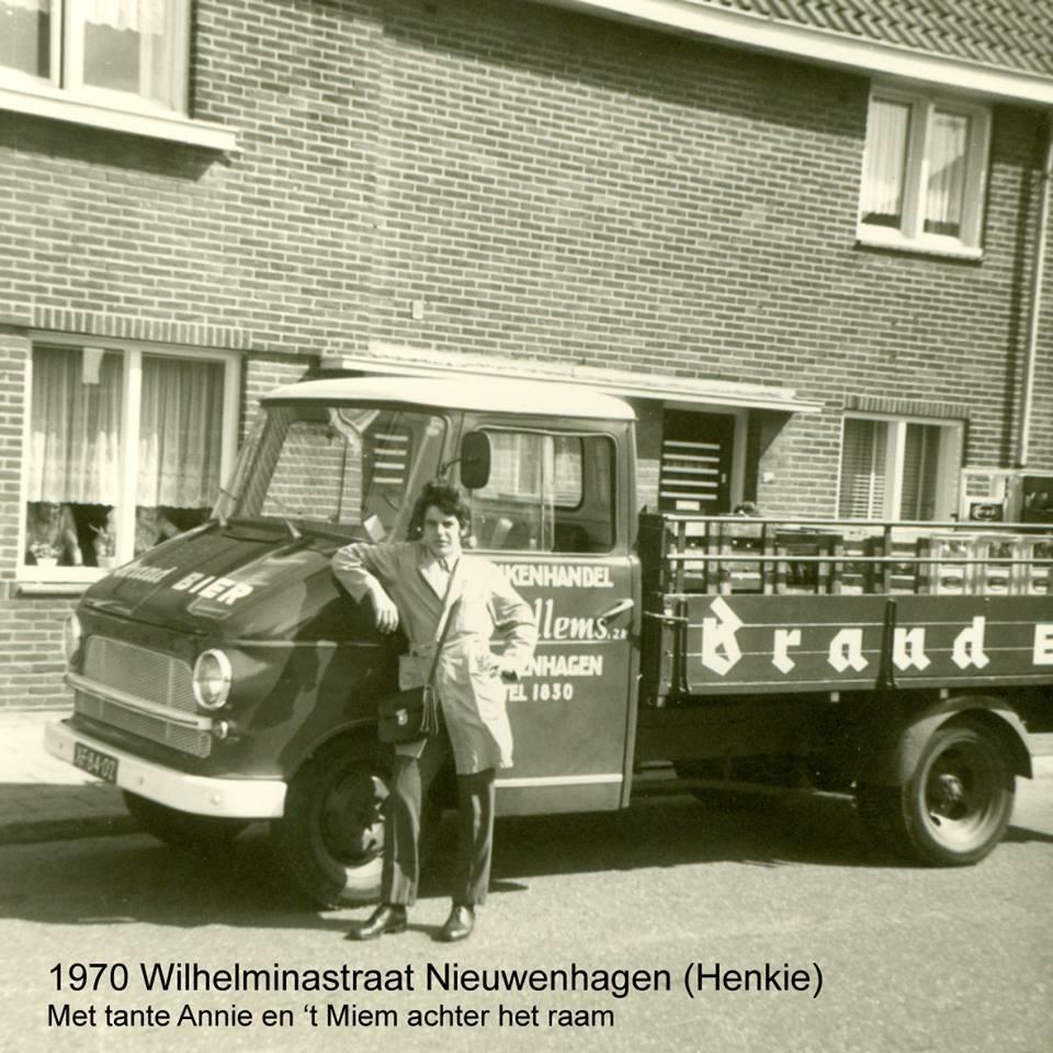 Wagenpark-Drankenhandel-J.-Willems--zn-Nieuwenhagen-omstreeks-1970-Chauffeur-is-Henkie