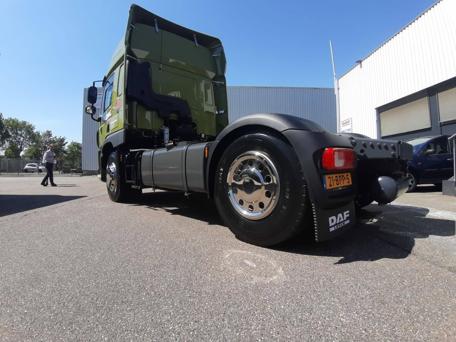 DAF-CF370-FT-Space-Cab-De-heren-van-aflevering-nieuw-hebben-de-truck-voorzien-van-o-a--radio--windshields--wielplaten-en-XM6-brandstofsysteem-beschermingsfilter.--tanks-in-chassis-kleur-1-7-2020-2