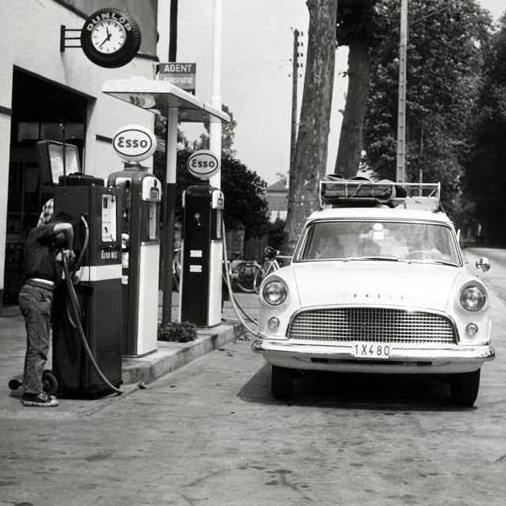 Ford-Consul-bij-tankstation