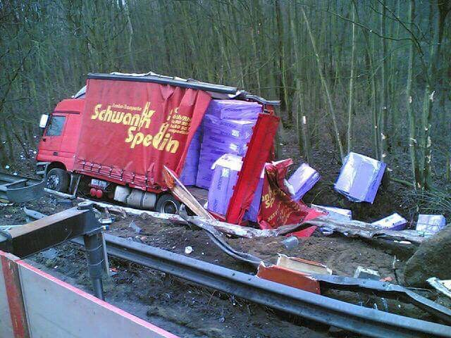 Duitse-vrachtwagen-weer-op-de-weg-helepen-1
