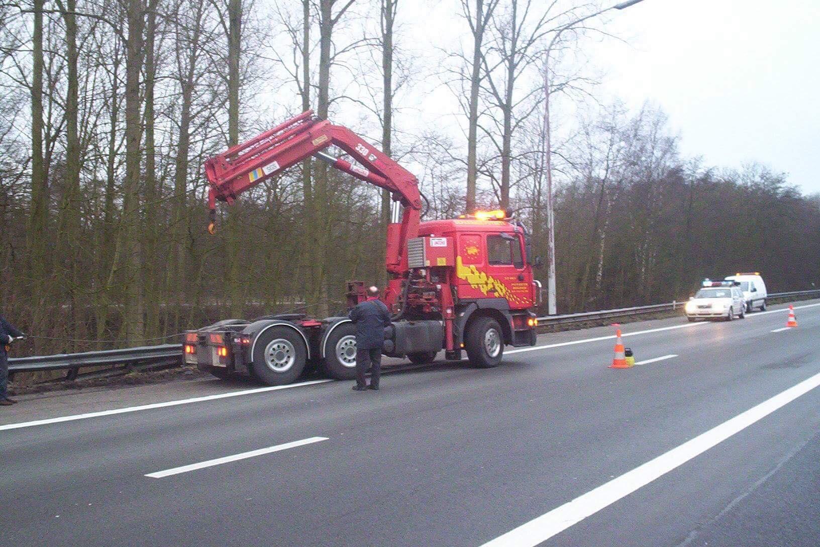 Duitse-vrachtwagen-weer-op-de-weg-helepen-2