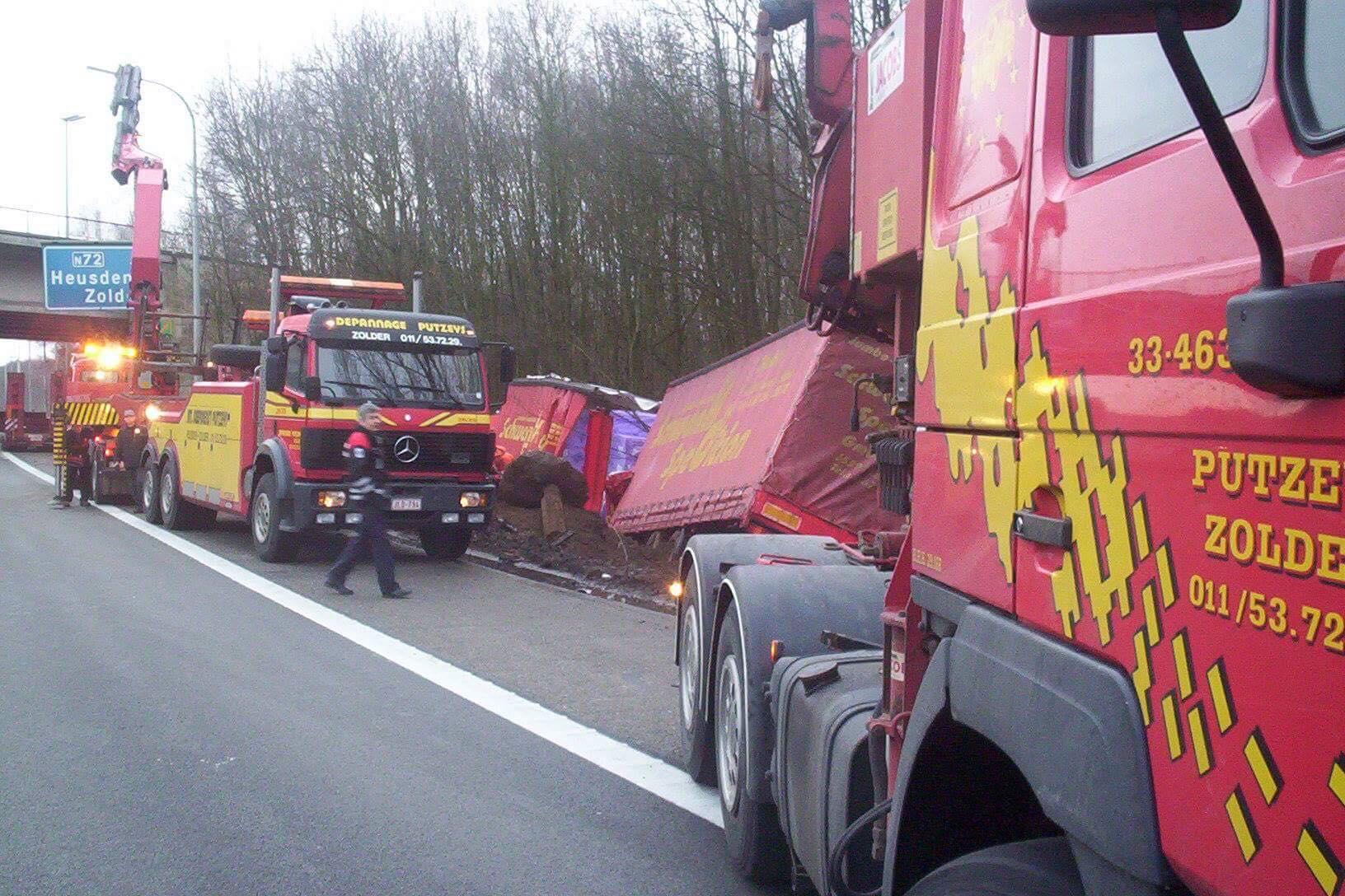 Duitse-vrachtwagen-weer-op-de-weg-helepen-4
