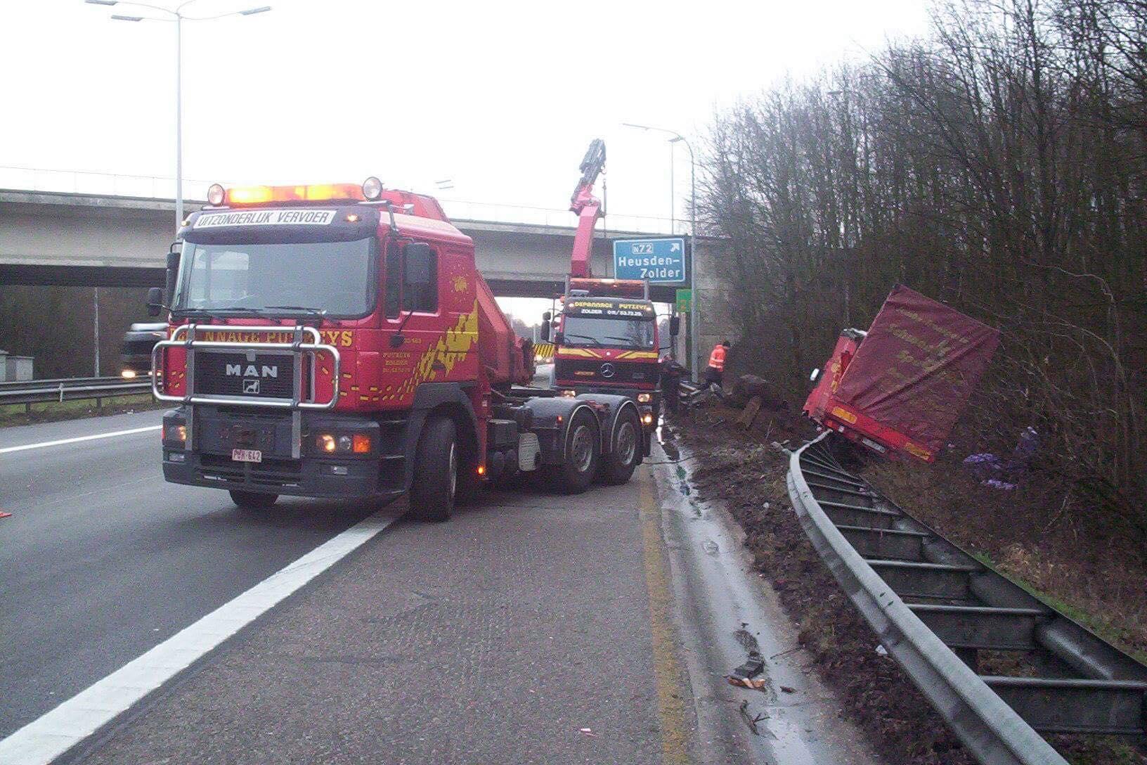 Duitse-vrachtwagen-weer-op-de-weg-helepen-6
