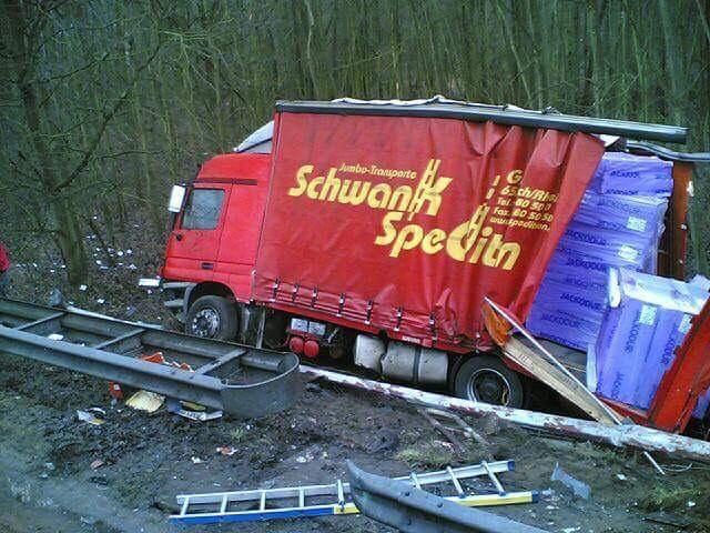 Duitse-vrachtwagen-weer-op-de-weg-helepen-7