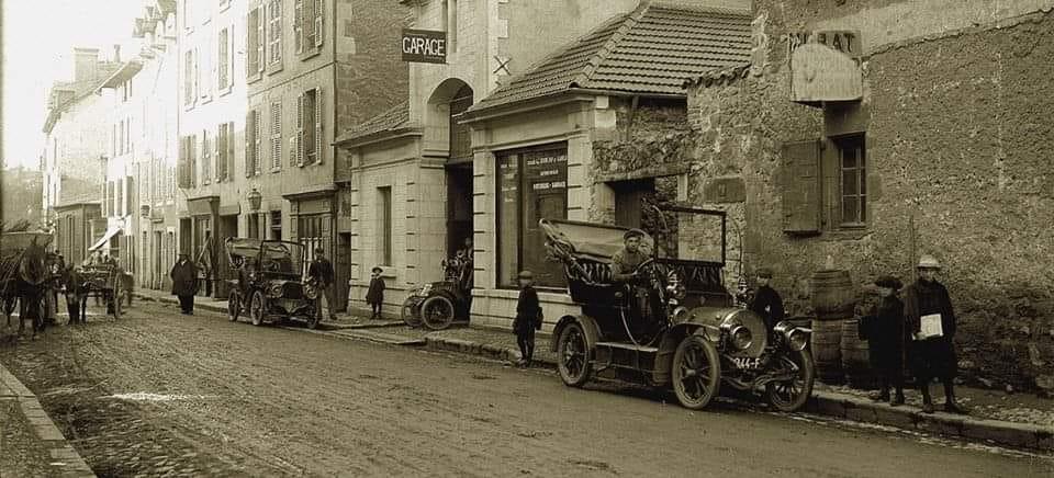 Renault--Rue-des-carmes--Aurillac