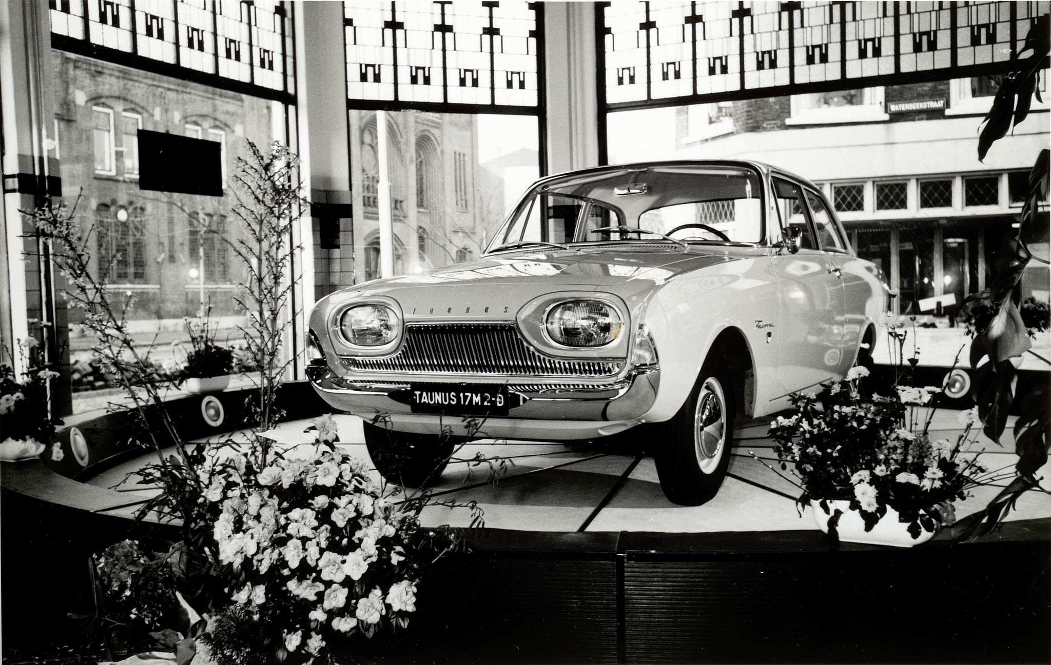 Ford-garage-Jac-van-den-Berg-aan-de-Blekersdijk-in-Dordrecht-Roland-Jacobse-archief-1