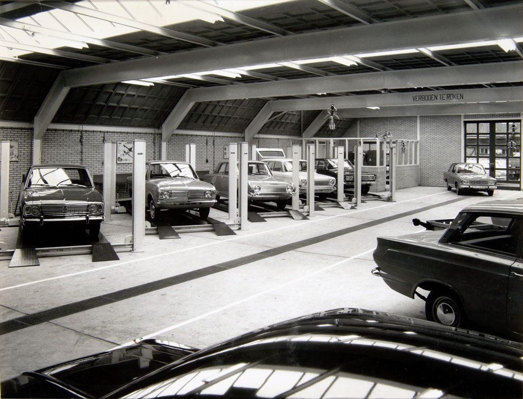 Ford-garage-Jac-van-den-Berg-aan-de-Blekersdijk-in-Dordrecht-Roland-Jacobse-archief-4