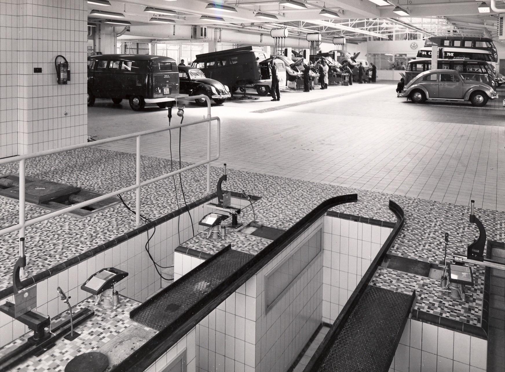 Auto-Hoogenboom--dealer-van-Volkswagen-in-Groot-Rotterdam--Diverse-vestigingen-zijn-hier-afgebeeld--ca-1990-Ronald-Jacobse-archief-8