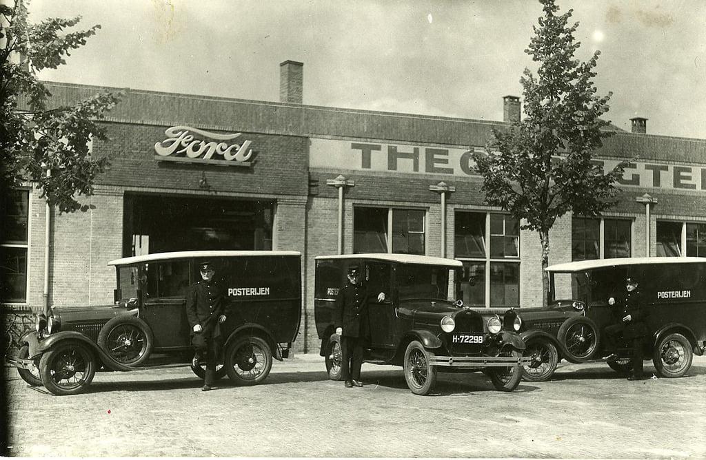 Garage-Knegtel-aan-het-Piusplein-met-auto-s-van-de-Tilburgse-posterijen-1928