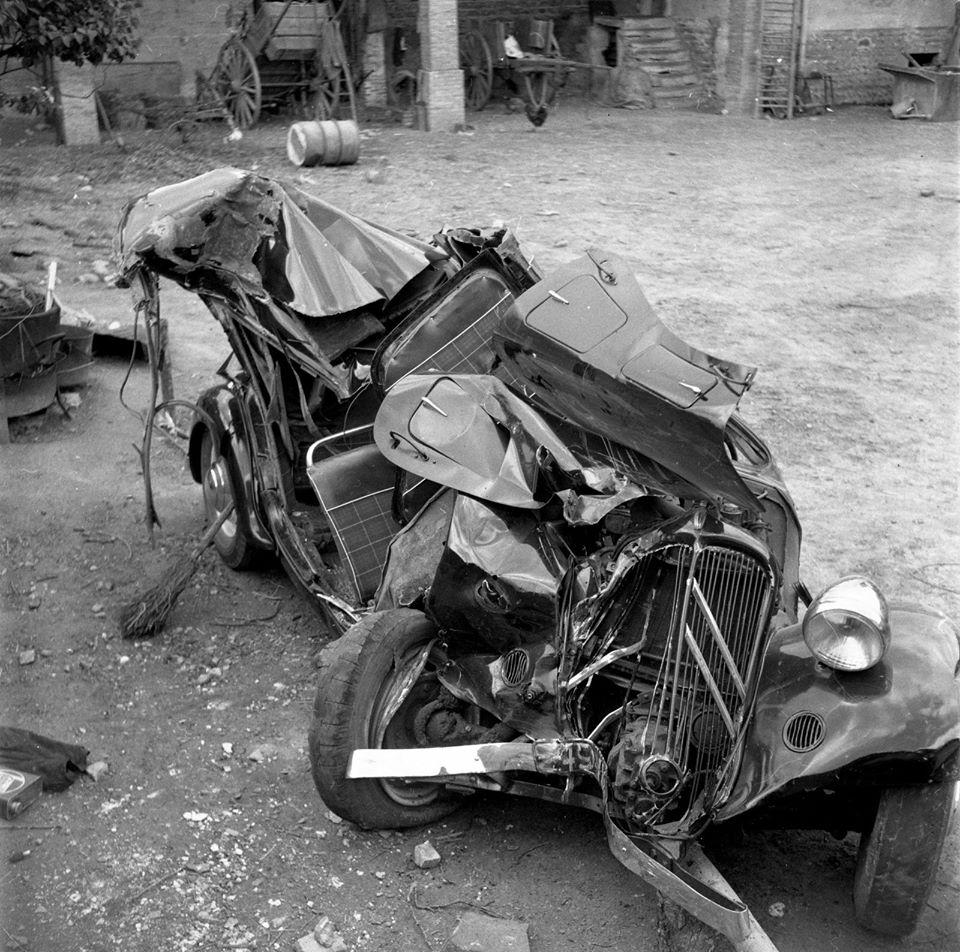 moeilijk-voor-te-stellen-dat-de-bestuurder-van-deze-Citroen-traction-in-1952-zonder-letsel-van-dit-ongeval-in-Feyzin-in-de-Rhone-69-is-gekomen