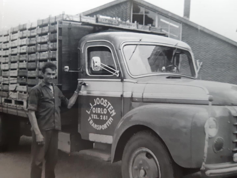 Harry-Joosten-met-een-vrachtwagen-aardbeien-voor-de-veiling