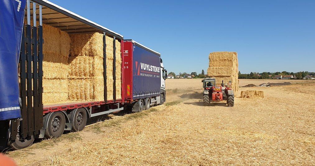Met-onze-volume-combinaties-helpen-wij-de-landbouwers-graag-het-stro-te-vervoeren-naar-hun-bestemming--7-8-2020--(3)