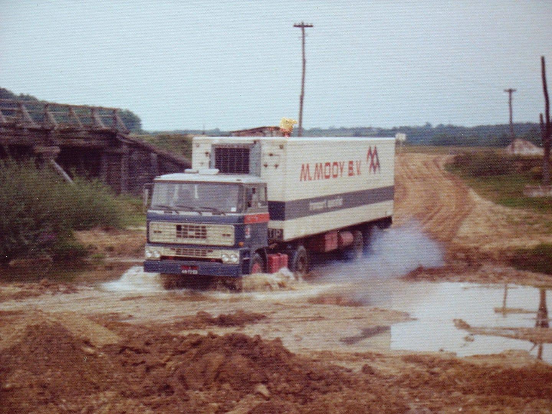 Roland--van-Oort-Roemenie--zomer-van-1974-De-brug-over-de-rivier-was-niet-sterk-genoeg-dan-maar-volgas-door-de-rivier-met-25-ton-perziken-zodat-ze-36-uur-later-bij-Albert-Heijn-in-de-schappen-konden-liggen