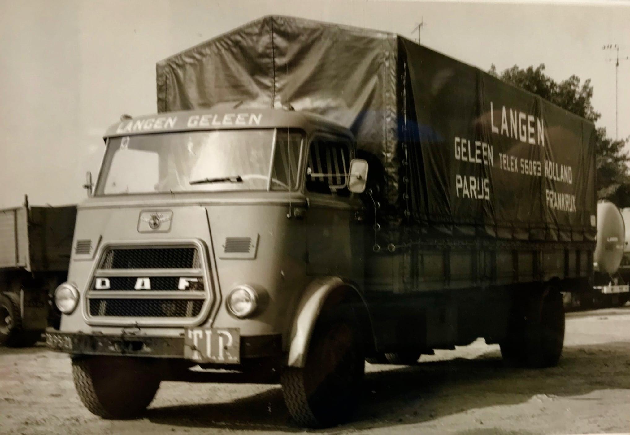 ZB-95-21-DAF--1900-DS-slapen-in-de-vitrine-1965