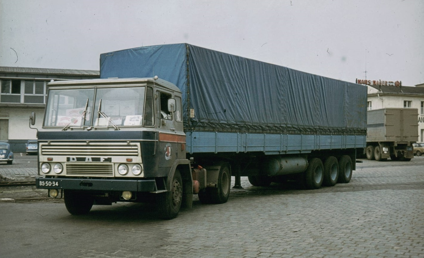 Maarten-Mooy-Zwaar-overbeladen-met-30-ton-vracht-De-dozen-liggen-zelfs-in-de-cabine---1972-Bij-het-optrekken-kwamen-de-voorwielen-bijna-los-van-het-wegdek-Omhoog-bij-Limburg--in-de-tweede-versnelling---