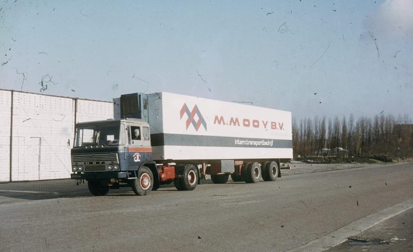 Ronald-van-Oort--Staatsieportret-van-de-BS-50-34-Net-nieuw-afgeleverd-in-1972--Op-de-veiling-in-Delft-met-op-de-achtergrond-de-lege-piepschuim-dozen-van-VDD-De-trailer-was-tweedehands-overgenomen-van-Spronsen-