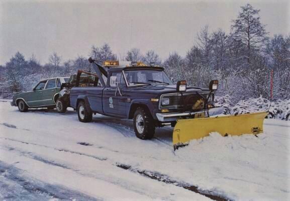 AMC-Jeep-J20-met-sneeuwschuif-afsleep-wagen-van-Garage-De-Grooth-in-Winschoten-afgesleept-word-een-Chevrolet-Malibu-Classic