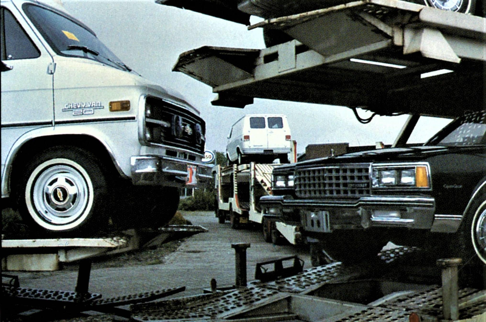 Aanvoer-nieuwe-Chevrolet-Chevy-Van-busjes-en-Chevrolet-Caprice-Classic