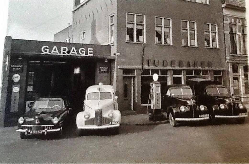 Op-de-voorgrond-een-Studebaker-M5-ambulance-van-Garage--taxi--ziekenvervoer