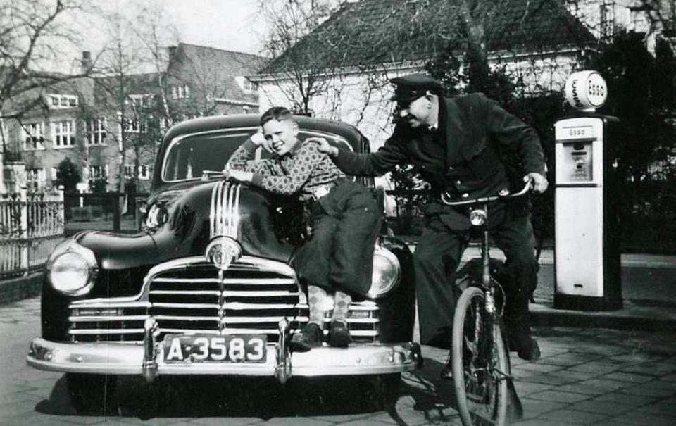 Pontiac-Torpedo-V8-bij-de-benzinepomp