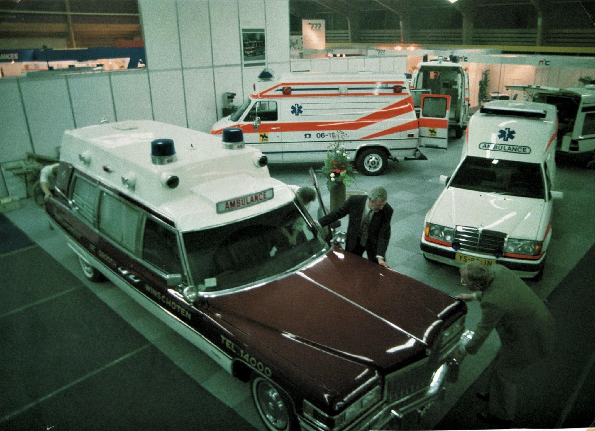 Showstand-van-de-ambulances-van-Garage-De-Grooth-uit-Winschoten-de-Cadillac-Fleetwood-Superior-ambulance-is-bewaard-gebleven.