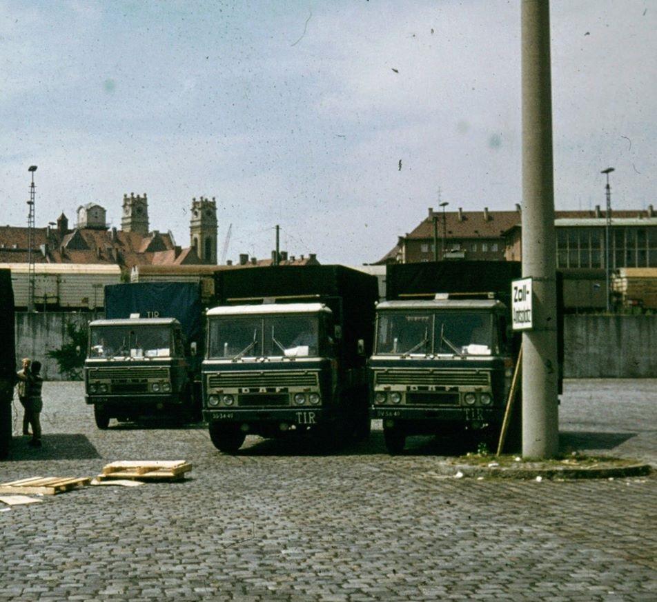 Roland-van-Oort----Drie-DAF-2600--op-een-zollamt-parkplatz-ergens-in-Duitsland-in-vermoedelijk-de-zomer-van-1972-Links-de-BS-50-34-met-Furness-trailer-in-het-midden-de-BS-34-49-en-rechts-de-SV-56-39